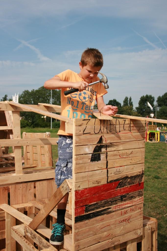 Onze zoon Wiebe lekker aan zijn hut aan het timmeren bij bouwdorp Voorschoten.