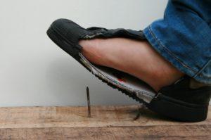 Trap in een spijker zonder verwonding aan je voet dankzij de anti-perforatie veiligheidszool, foto 1 van 6.