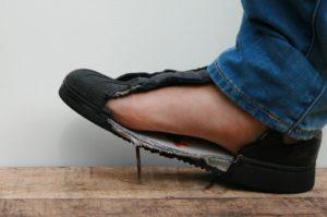 Trap in een spijker zonder verwonding aan je voet dankzij de anti-perforatie veiligheidszool, foto 2 van 6.