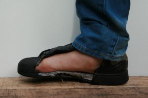 Trap in een spijker zonder verwonding aan je voet dankzij de anti-perforatie veiligheidszool, foto 5 van 6.