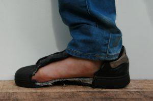 Trap in een spijker zonder verwonding aan je voet dankzij de anti-perforatie veiligheidszool, foto 6 van 6.