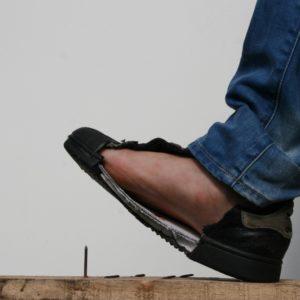 Veiligheidszooltjes: Trap in een spijker om de werking van de zool te tonen, foto 1 van 8.