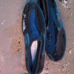 Waterschoenen zijn van zichzelf vaak slap met een dunne zool. Geen probleem! Leg er een paar veiligheidszooltjes in en je voeten zijn toch goed beschermd!