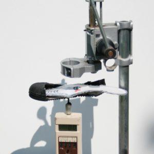 Veiligheidszooltjes: Het lukt in deze proefopstelling niet om de spijker door de veiligheidszool te duwen.