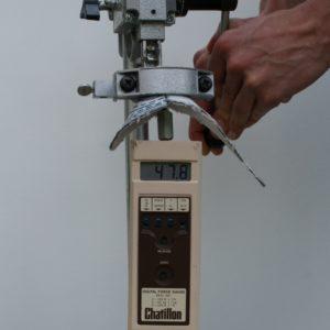 Veiligheidszooltjes: Hier wordt de spijker met een kracht van 47,8 kilo tegen de zool geduwd.