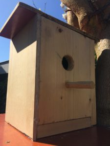Zelfgemaakt vogelhuisje van hout. Kluskids.nl .