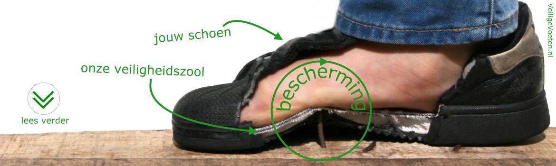 Afbeelding van VeiligeVoeten.nl: opengeknipte schoen waarin de veiligheidszool zichtbaar is. Met de schoen wordt op een spijker die uit een plan hout steekt getrapt. De veiligheidszool beschermt de voet volledig.
